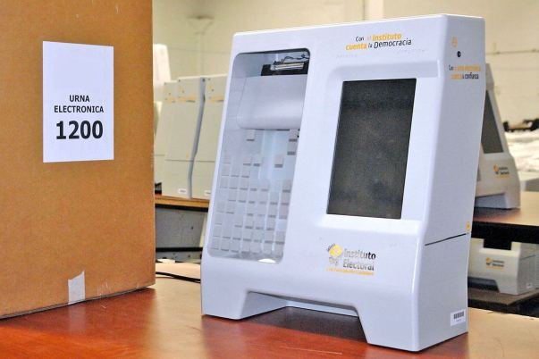 Entregan urnas electronicas. foto La Jornada Jalisco.